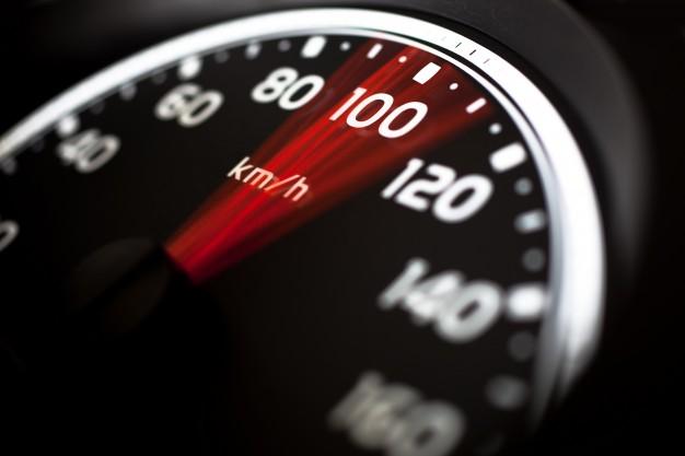 Przekroczenie prędkości bezpiecznej samochodu przy wypadku drogowym