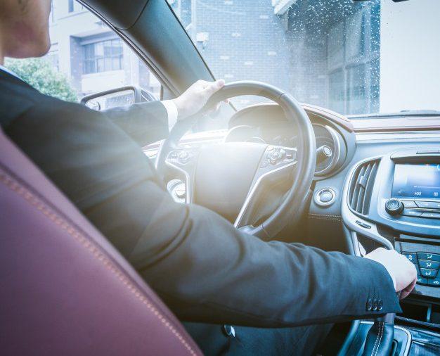 Szczególna ostrożność i zasada ograniczonego zaufania w ruchu drogowym samochodów