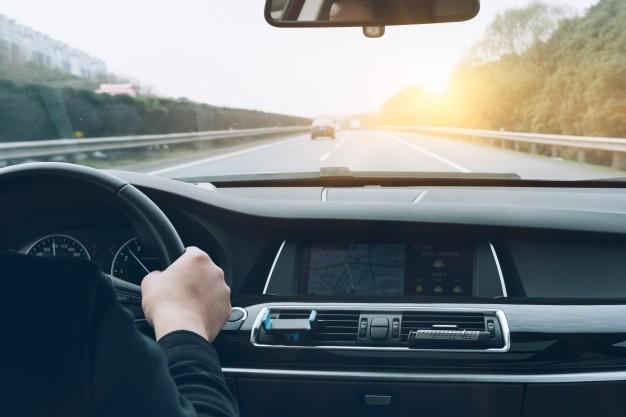 Wypadek drogowy i potrącenie pieszego z powodu przekroczenia bezpiecznej prędkości samochodu