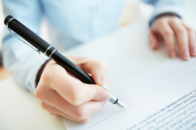 Wypełnienie blankietu czy weksla in blanco opatrzonego cudzym podpisem, niezgodnie z wolą podpisanego i na jego szkodę - art. 270 § 2 kk