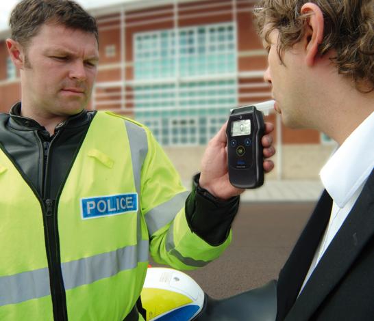 Badanie i kontrola stężenia oraz zawartości alkoholu w wydychanym powietrzu u kierowcy samochodu przez Policję