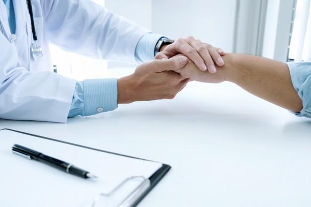 Przyjęcie i wzięcie łapówki czy pieniędzy przez lekarza – art. 228 k.k.