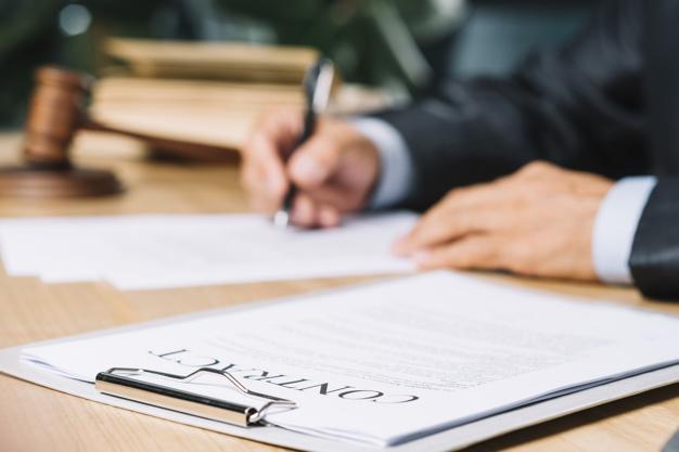 Obowiązek notariusza zweryfikowania stanu zdrowia i poczytalności strony aktu notarialnego czy umowy – art. 231 kk