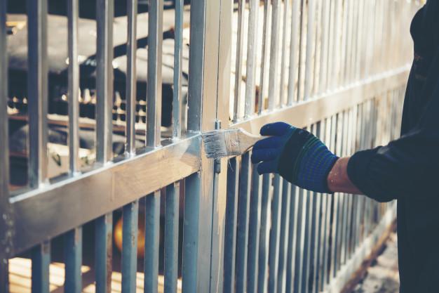 Kradzież rzeczy zza ogrodzeniem, bramy czy płotu – art. 279 kk